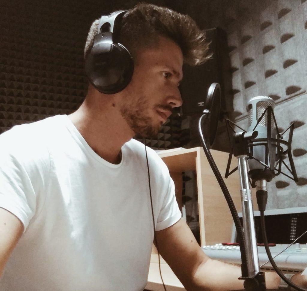El periodista Pedro Pablo Doña en un estudio de radio