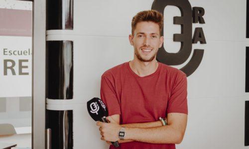El periodista Pedro Pablo Doña, posando en la Escuela de Reporteros de Andalucía