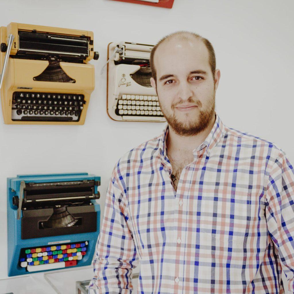 El periodista Miguel Ángel Moreno posando en la Escuela de Reporteros de Andalucía (ERA)