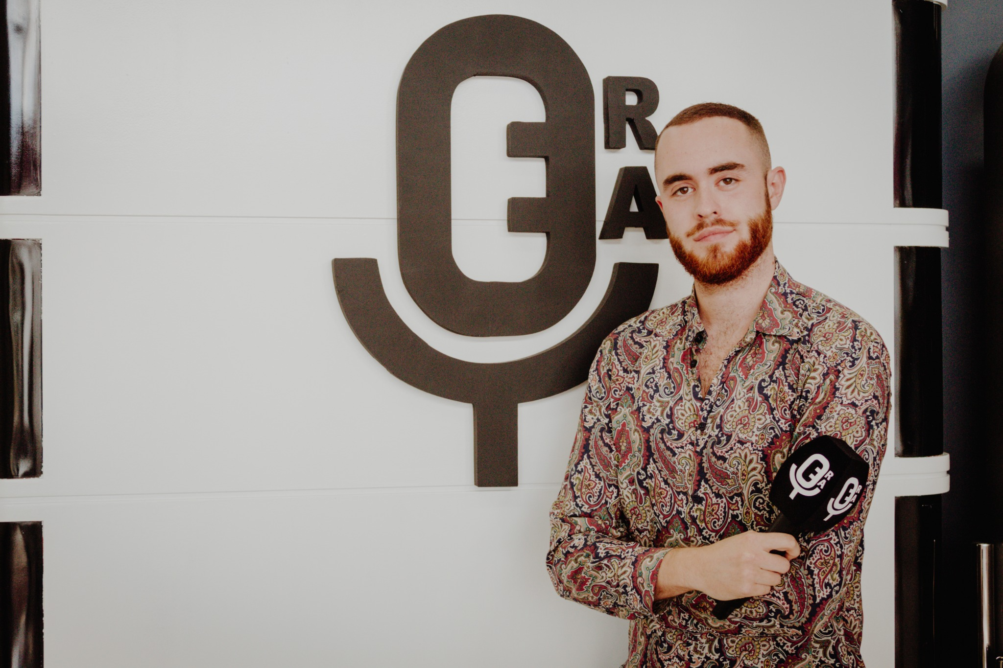 El periodista David Díaz posando en la Escuela de Reporteros de Andalucía
