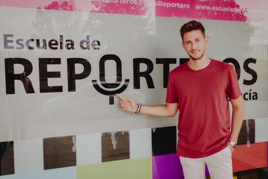 El periodista Pedro Pablo Doña posando en la Escuela de Reporteros de Andalucía