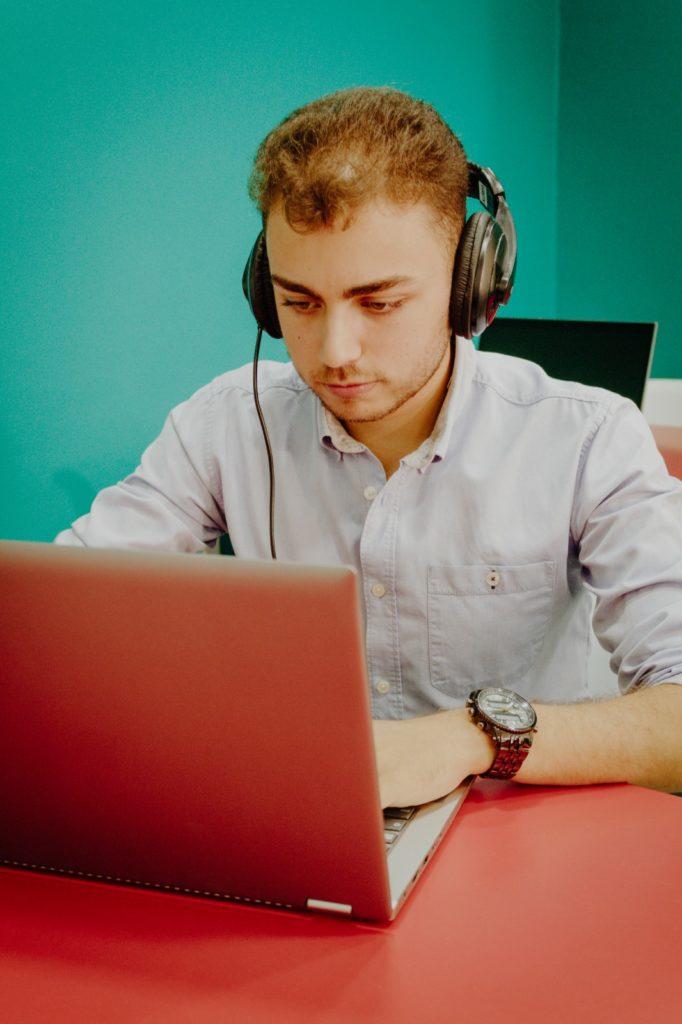 El periodista Javier Ruiz delante de ordenador montando uno de sus reportajes en la Escuela de Reporteros de Andalucía