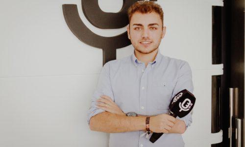 El periodista Javier Ruiz posando en la Escuela de Reporteros de Andalucía
